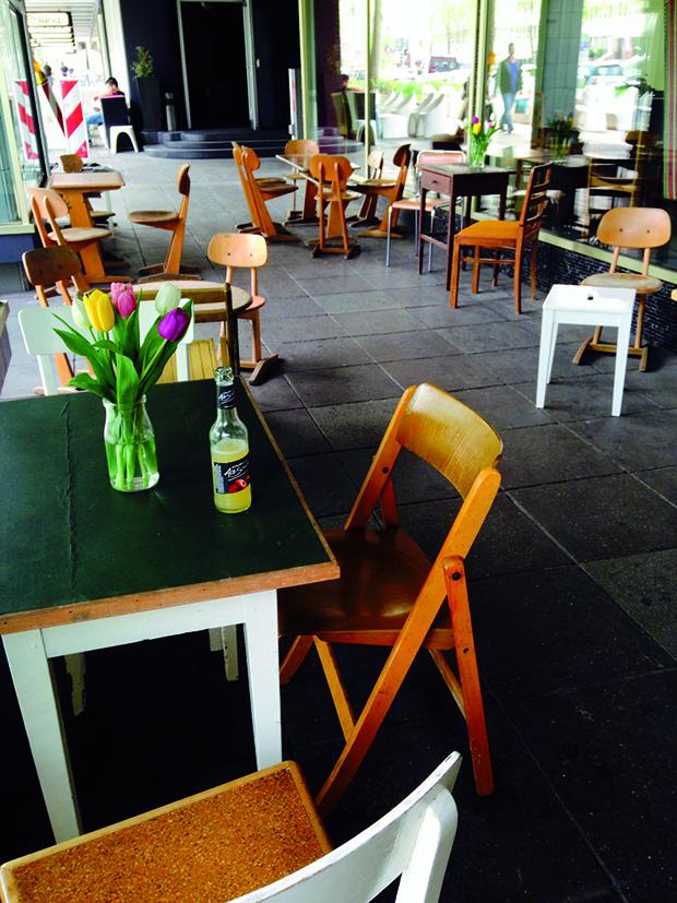Wie Zuvor Schon Der Tearoom Das Schaufenster Mitte Oder Zuletzt Erdgeschoss Hebt Sich Auch Neueste Gastroprojekt In Theodor Heuss Strasse 4